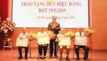 Bí thư Thành ủy Hà Nội trao Huy hiệu Đảng cho đảng viên lão thành quận Tây Hồ
