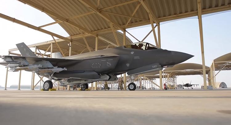 """Tiêm kích F-35 cất cánh ở chế độ """"quái thú"""" ngay sát Iran"""