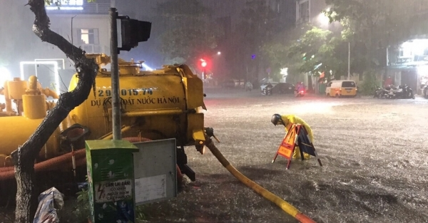 Hà Nội đón mưa lớn, công nhân thoát nước căng mình điều tiết chống ngập
