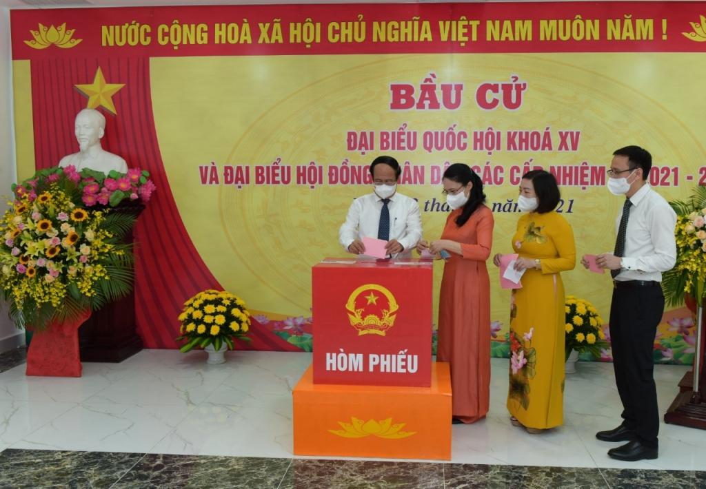 Phó Thủ tướng Chính phủ Lê Văn Thành bỏ phiếu bầu cử tại  Khu vực bỏ phiếu số 1, phường Đồng Quốc Bình (quận Ngô Quyền, thành phố Hải Phòng)