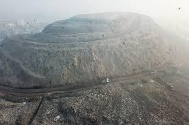 Núi rác rộng hơn 40 sân bóng đá ở Ấn Độ nhìn từ trên cao