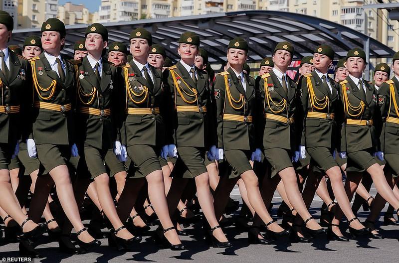 bat ngo ve nu quan nhan belarus xinh dep trong le duyet binh o minsk