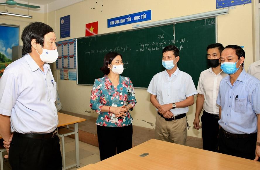 Phó Bí thư Thường trực Thành ủy Nguyễn Thị Tuyến kiểm tra công tác phòng, chống dịch Covid-19 và chuẩn bị kỳ thi tuyển sinh vào lớp 10 tại điểm thi Trường Trung học cơ sở Thanh Liệt (huyện Thanh Trì)