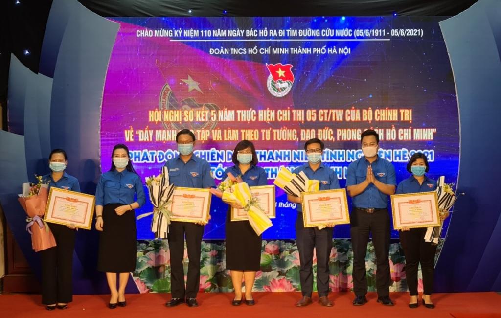 Lãnh đạo Thành đoàn Hà Nội trao bằng khen cho 5 cá nhân tiêu biểu Thanh niên học tập, làm theo lời Bác