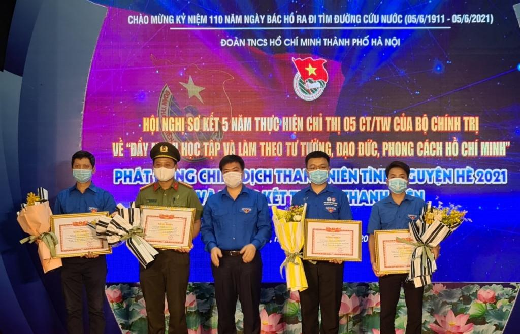 Đồng chí Dương Xuân Khiêm tặng bằng khen cho 5 mô hình tiêu biểu thanh niên làm theo lời Bác