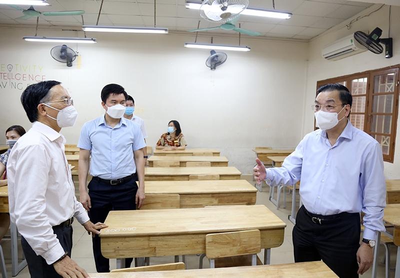 Chủ tịch UBND TP Chu Ngọc Anh kiểm tra công tác đảm bảo giữ khoảng cách trong phòng thi.