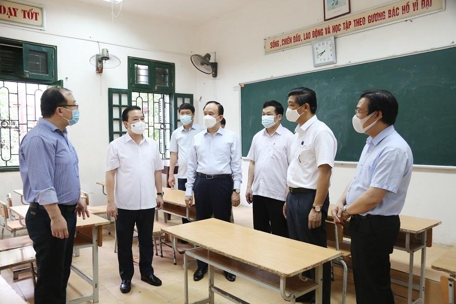 Chủ tịch HĐND TP Hà Nội Nguyễn Ngọc Tuấn cùng đoàn công tác kiểm tra thực tế tại địa điểm thi Trường THPT Thường Tín,