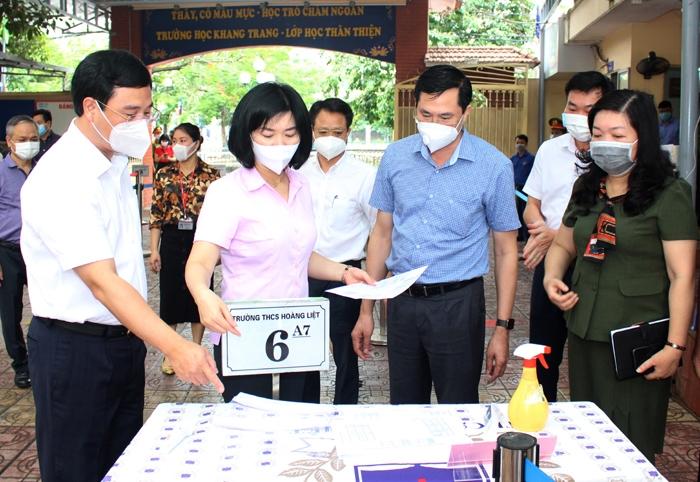 Phó Chủ tịch HĐND TP Phùng Thị Hồng Hà kiểm tra tại Trường THCS Hoàng Liệt