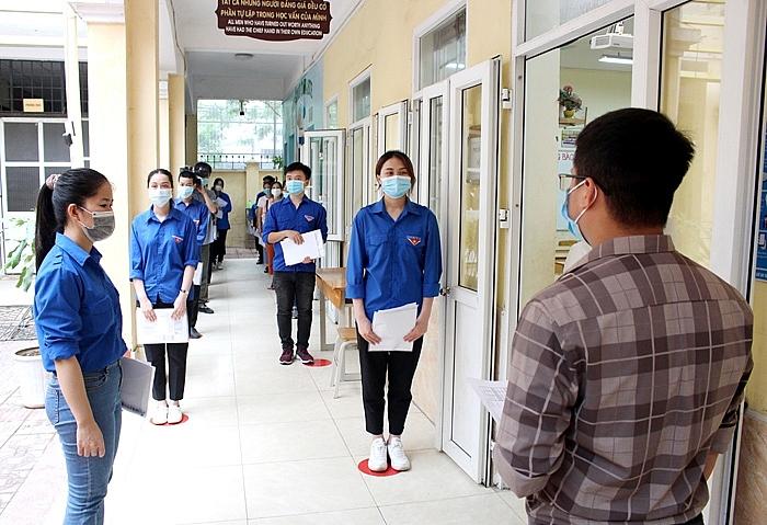 Diễn tập phương án đón thí sinh vào phòng thi tại Trường THCS Hoàng Liệt
