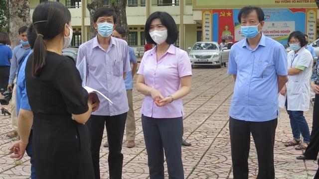 Phó Chủ tịch HĐND TP Hà Nội Phùng Thị Hồng Hà cùng đoàn công tác kiểm tra thực tế công tác tổ chức thi tại trường THPT Trần Đăng Ninh