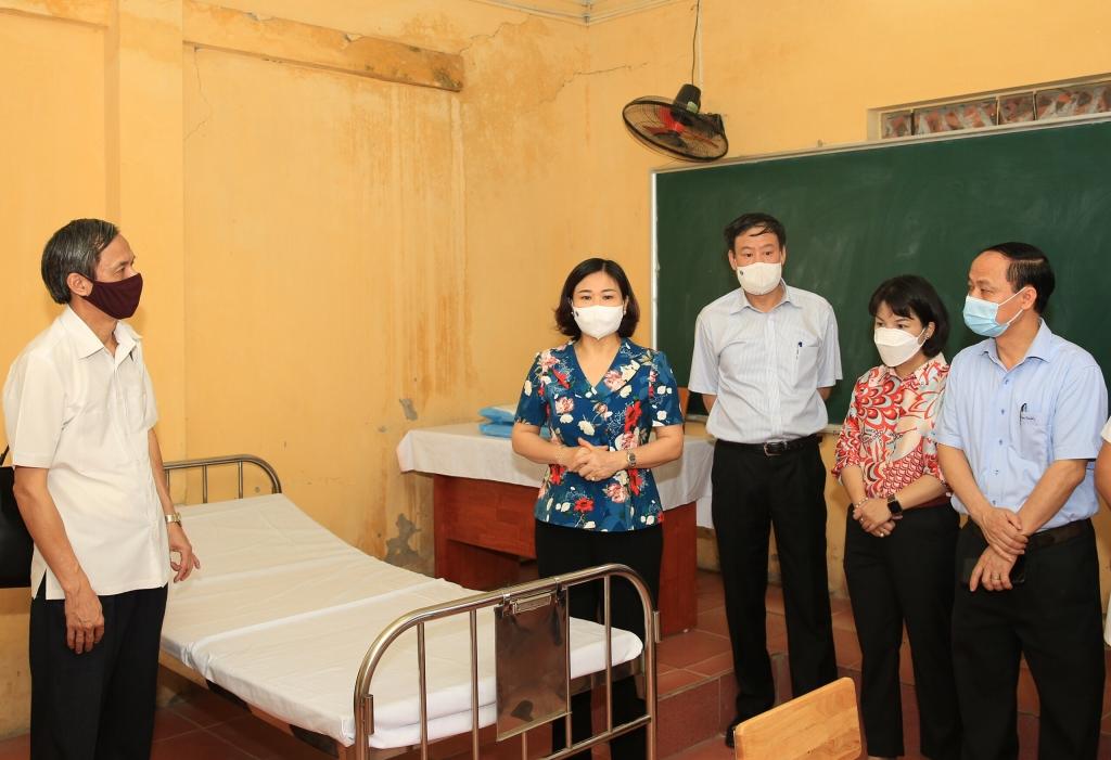 Phó Bí thư Thường trực Thành ủy Nguyễn Thị Tuyến kiểm tra một số điểm thi trên địa bàn huyện Thanh Trì