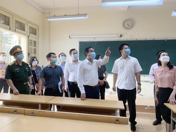 Phó Chủ tịch Thường trực UBND TP Lê Hồng Sơn kiểm tra phòng thi tại Trường THPT chuyên Nguyễn Huệ