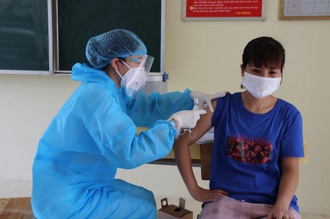 Tiêm vắc xin phòng Covid-19 cho công nhân làm việc ở các khu công nghiệp.