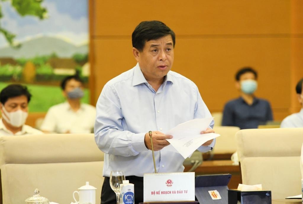 Bộ trưởng Bộ Kế hoạch và đầu tư Nguyễn Chí Dũng báo cáo tại phiên họp Ủy ban Thường vụ Quốc hội