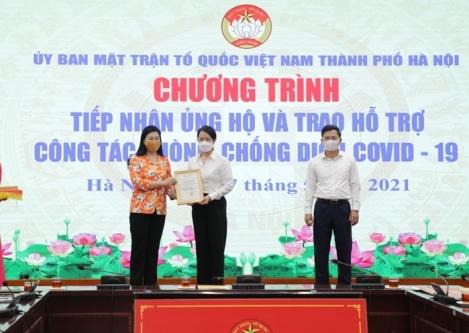 Chủ tịch Ủy ban MTTQ Việt Nam thành phố Nguyễn Lan Hương (bìa trái) tiếp nhận ủng hộ công tác phòng, chống dịch Covid-19 từ cá nhân, tổ chứ