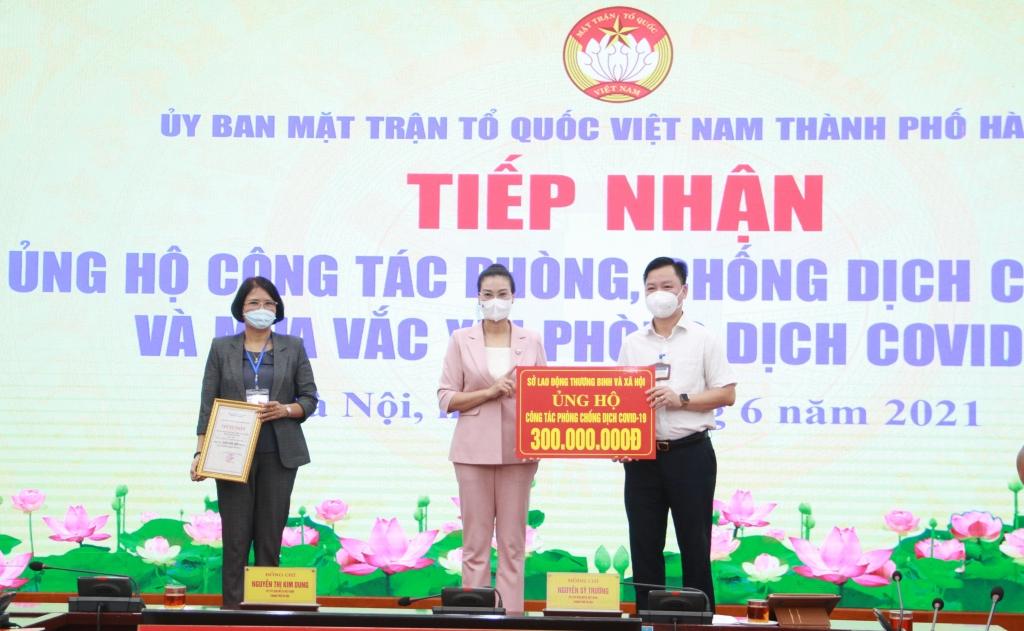 Phó Chủ tịch Ủy ban MTTQ Việt Nam TP Hà Nội tiếp nhận ủng hộ của  Sở Lao động, Thương binh và Xã hội