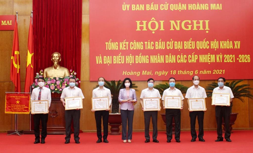 Phó Chủ tịch HĐND Thành phố Phùng Thị Hồng Hà trao Bằng khen của Thành phố cho các tập thể, cá nhân