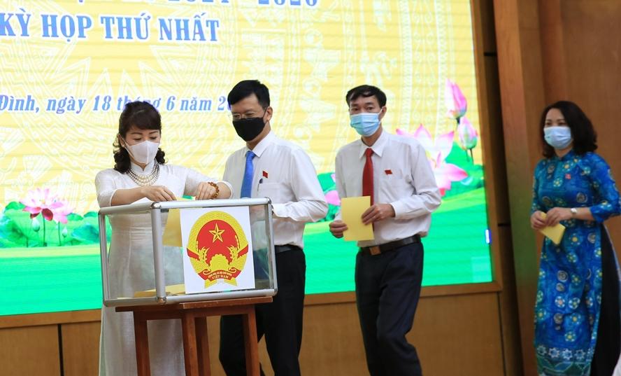 Các đại biểu bỏ phiếu bầu tại kỳ họp
