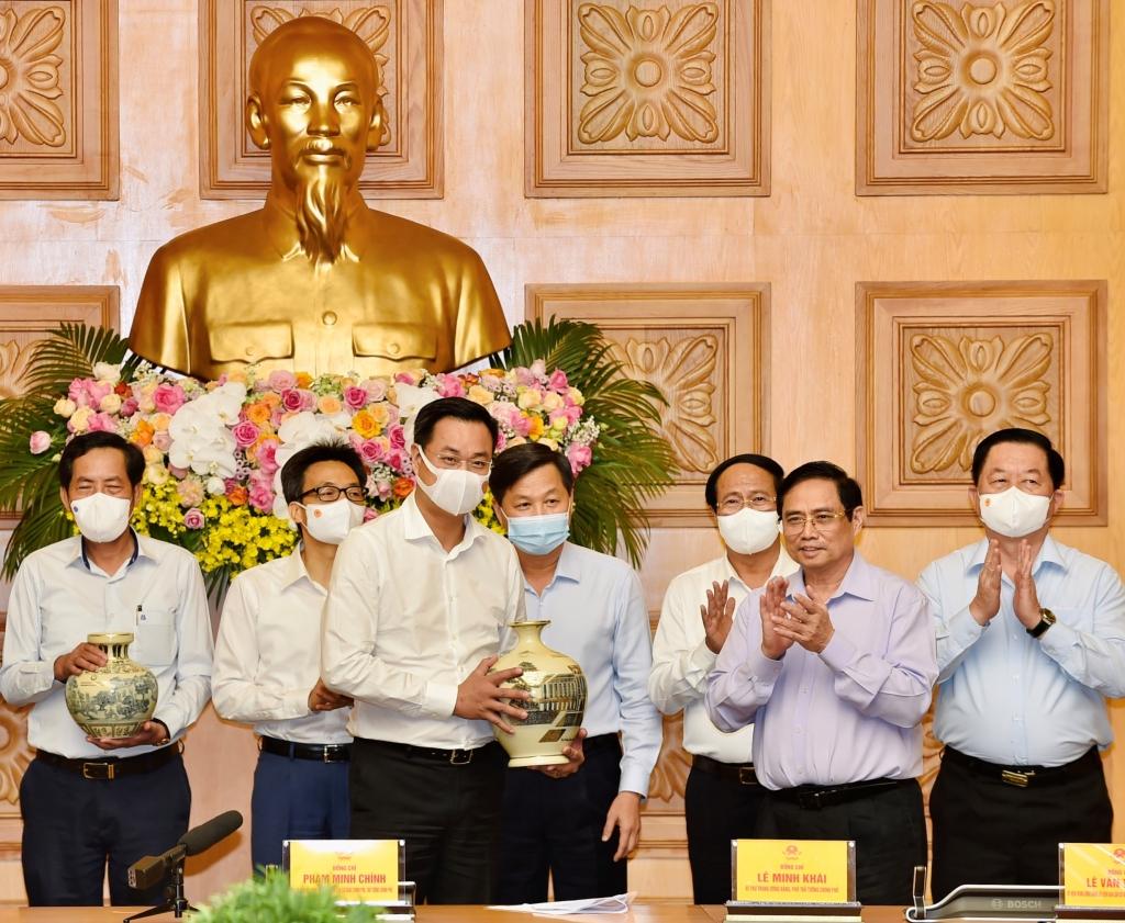 Thủ tướng Phạm Minh Chính trao quà tặng các cơ quan báo chí tại cuộc gặp mặt