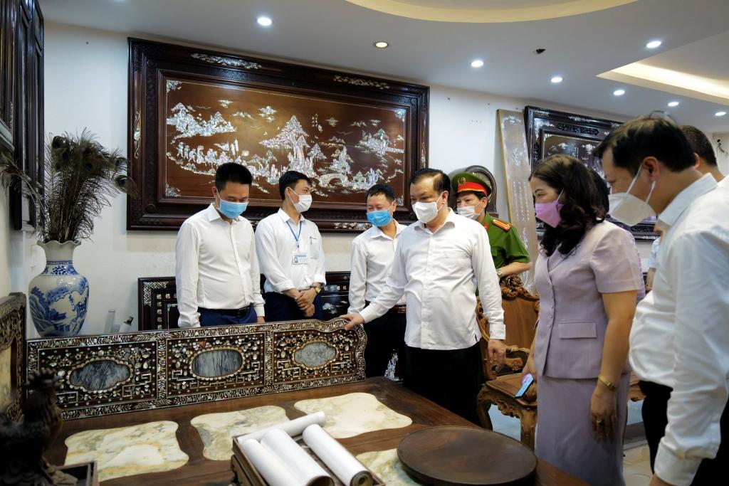 Bí thư Thành ủy Đinh Tiến Dũng thăm cơ sở sản xuất tại một làng nghề của Phú Xuyên