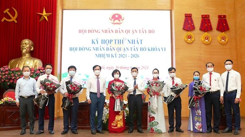 Đồng chí Lê Thu Hằng được bầu giữ chức Chủ tịch HĐND quận Tây Hồ
