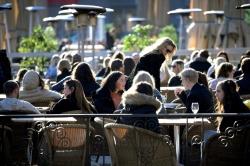 Đi ngược với thế giới trong đại dịch, Thụy Điển thành bài học đắt giá