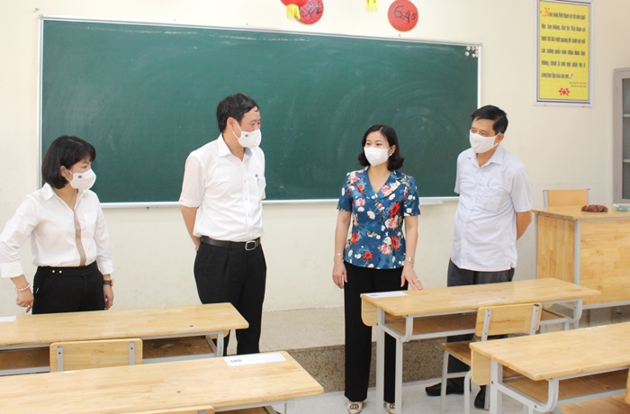 Phó Bí thư Thường trực Thành ủy Nguyễn Thị Tuyến kiểm tra công tác chuẩn bị kỳ thi tại Trường THCS Ngũ Hiệp