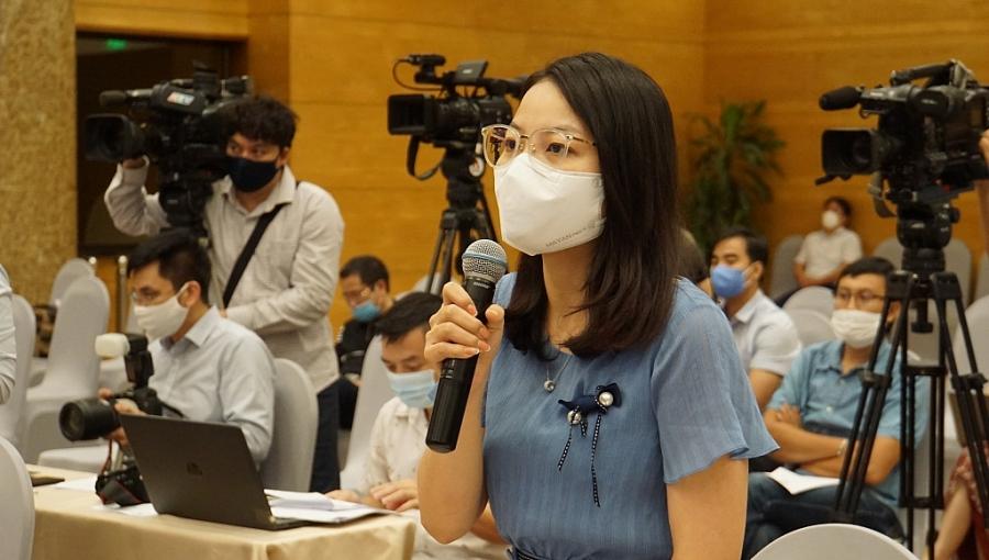 Phóng viên đặt câu hỏi tại buổi họp báo