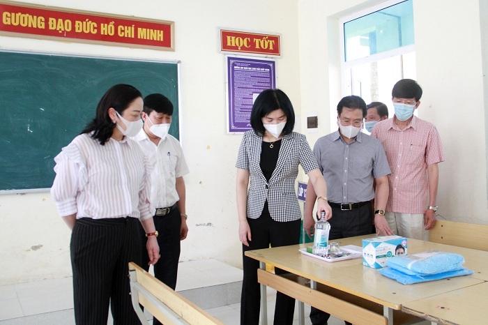 Phó Chủ tịch HĐND thành phố Phùng Thị Hồng Hà kiểm tra tại điểm thi Trường THPT Ứng Hòa B