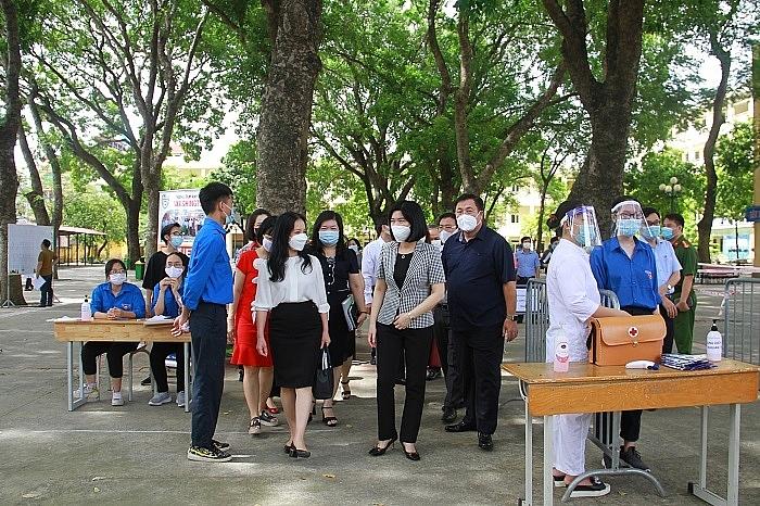 Phó Chủ tịch HĐND thành phố Phùng Thị Hồng Hà kiểm tra tại điểm thi Trường THPT Việt Nam - Ba Lan