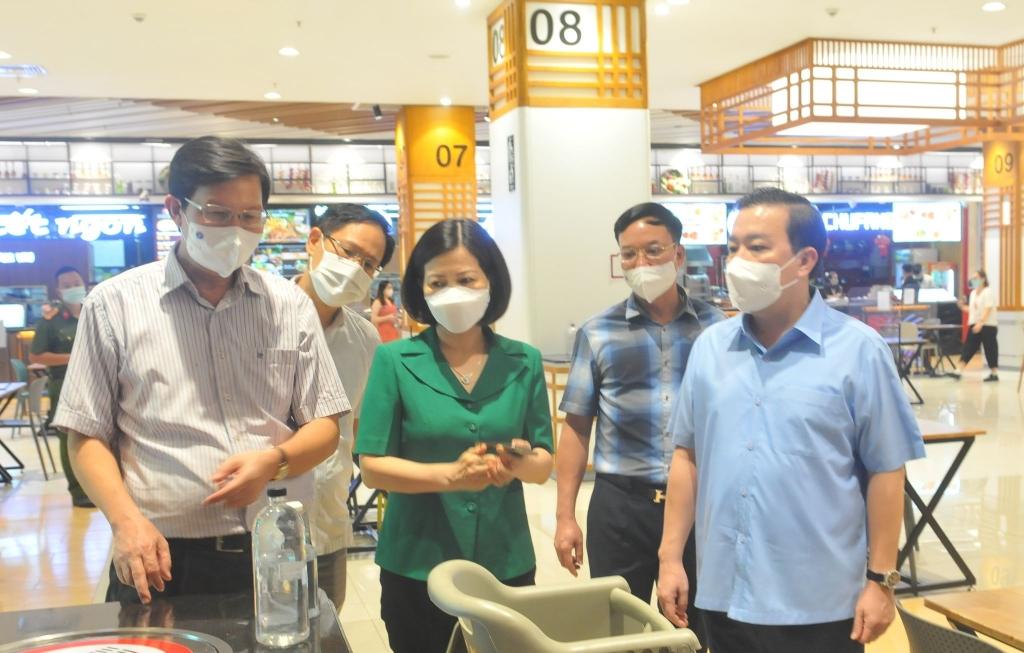 Phó Chủ tịch UBND TP Chử Xuân Dũng kiểm tra công tác phòng, chống dịch tại Trung tâm thương mại  AEON Mall Long Biên