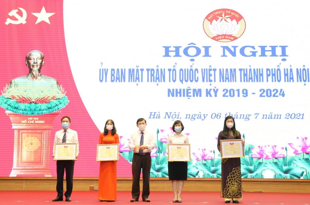 Phó Chủ tịch Ủy ban Trung ương MTTQ Việt Nam trao Bằng khen của Ủy ban Trung ương MTTQ Việt Nam cho cá nhân, tập thể có thành tích trong công tác bầu cử