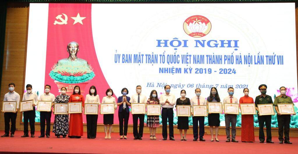Các tập thể, cá nhân nhận bằng khen của UBND TP vì có thành tích trong công tác vận động Ủng hộ Quỹ vì biển đảo Việt Nam
