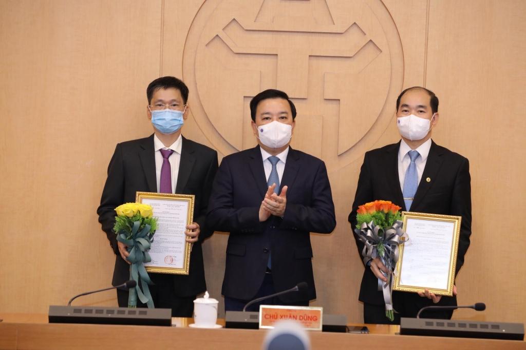 Phó Chủ tịch UBND TP Hà Nội Chử Xuân Dũng trao quyết định, chúc mừng các tân Phó Giám đốc Sở Y tế