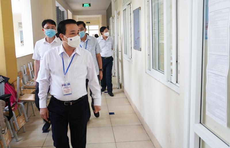 Phó Chủ tịch UBND TP Hà Nội Chử Xuân Dũng kiểm tra công tác tổ chức thi tại điểm trường THPT Trần Nhân Tông (Quận Hai Bà Trưng)