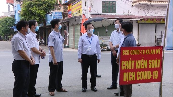 Phó Chủ tịch Chử Xuân Dũng kiểm tra thực tế tại khu vực phong tỏa thôn Kênh Đào, xã An Mỹ, huyện Mỹ Đức