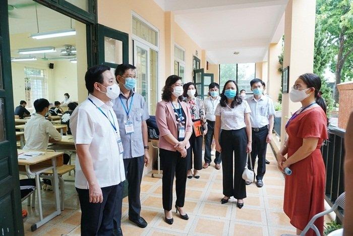 Phó Chủ tịch UBND TP Chử Xuân Dũng kiểm tra điểm thi tại Trường THPT Bắc Thăng Long