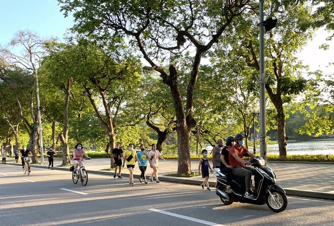 Người dân đi bộ tập thể dục ở khu vực Hồ Gươm.