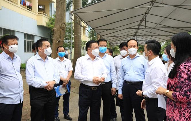Bí thư Thành uỷ Hà Nội Đinh Tiến Dũng kiểm tra và chỉ đạo công tác phòng, chống dịch Covid-19 tại cơ sở.