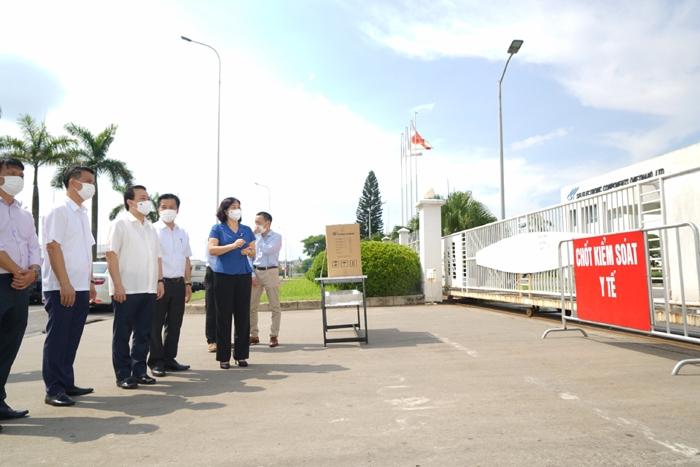 Phó Bí thư Thường trực Thành ủy Nguyễn Thị Tuyến kiểm tra tại khu vực Công ty TNHH linh kiện điện tử SEI Việt Nam