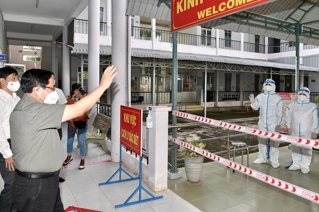 Thủ tướng Phạm Minh Chính kiểm tra tại Bệnh viện Lao và bệnh Phổi. Ảnh: VGP/Nhật Bắc