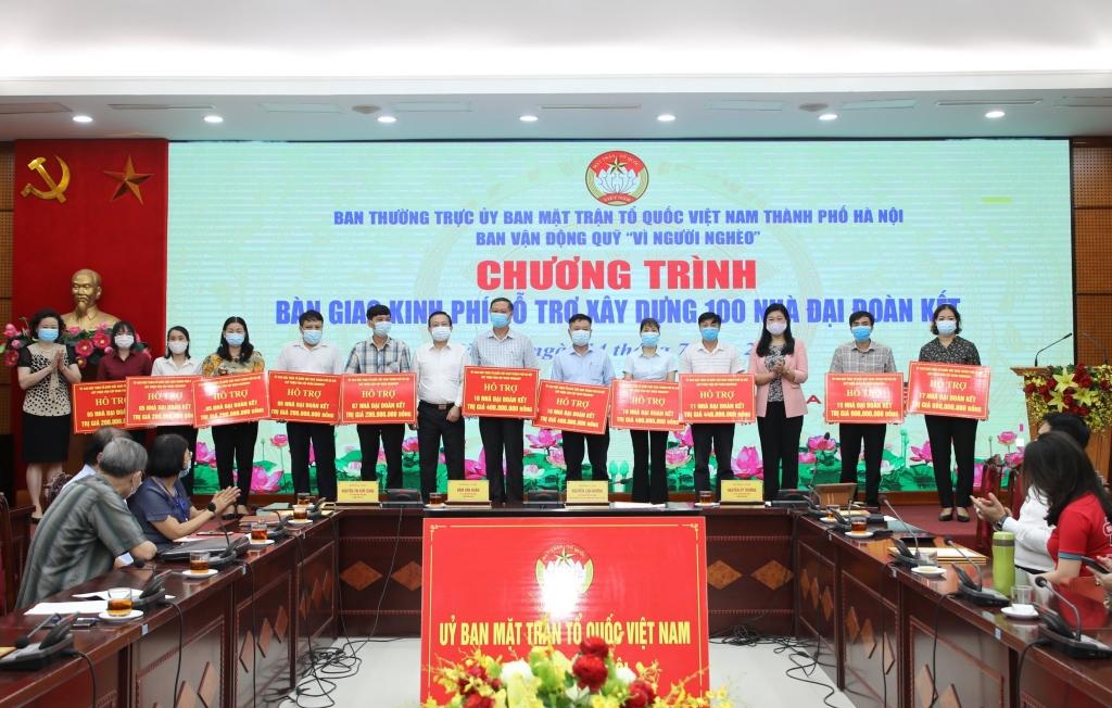 MTTQ Việt Nam TP Hà Nội trao kinh phí hỗ trợ cho 11 huyện, thị xã
