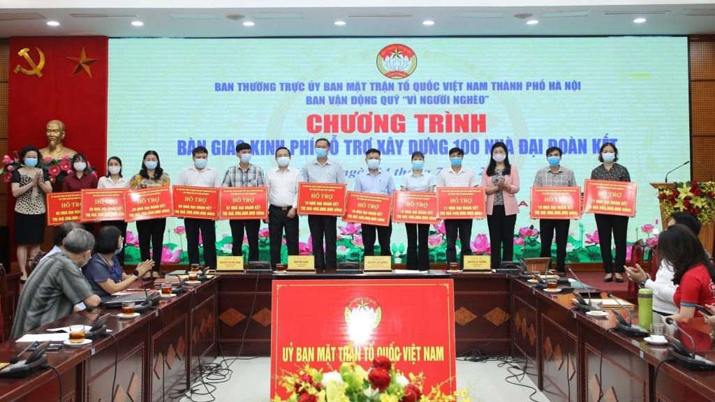 Hà Nội: Bàn giao kinh phí hỗ trợ xây dựng 100 nhà Đại đoàn kết cho 11 huyện, thị xã