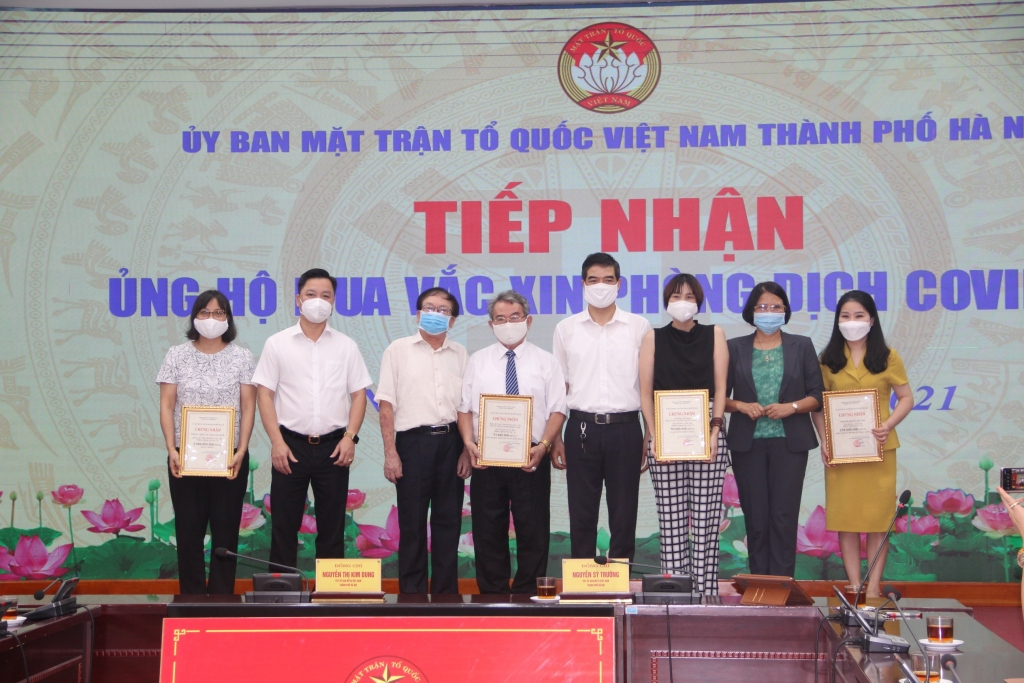 MTTQ Việt Nam TP Hà Nội trao chứng nhận ủng hộ cho các đơn vị