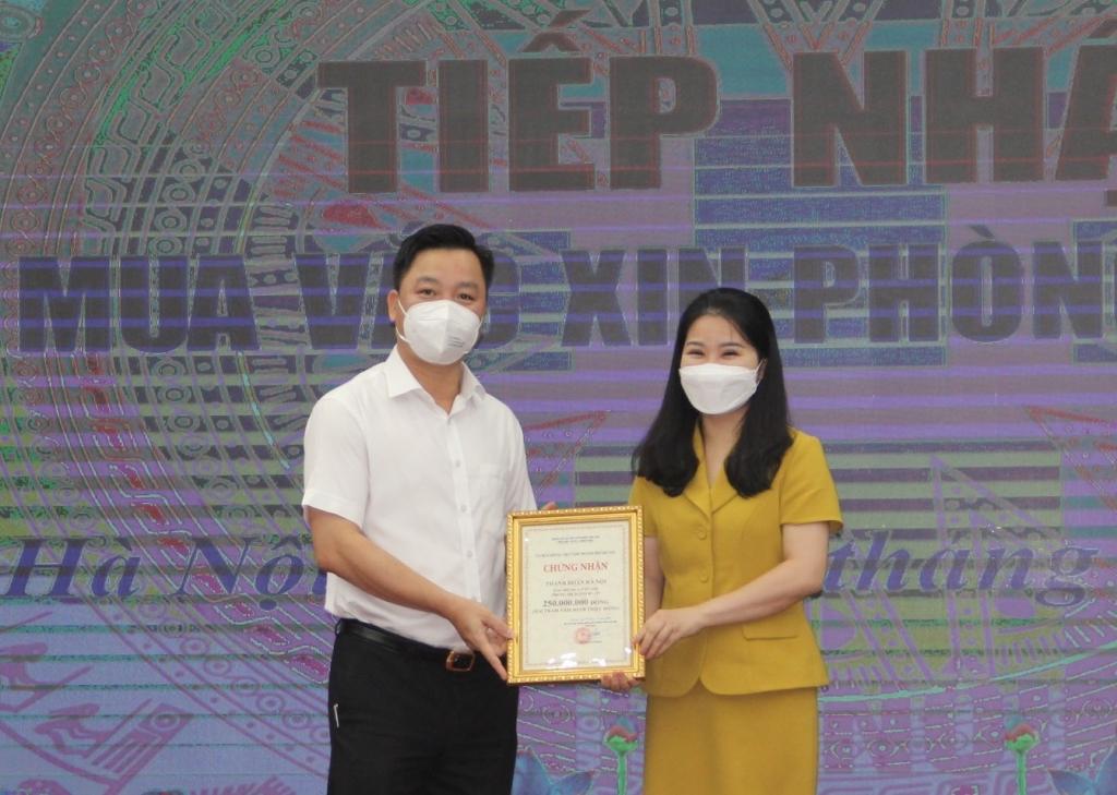 Phó Chủ tịch Ủy ban MTTQ Việt Nam TP Hà Nội Nguyễn Sỹ Trường tiếp nhận ủng hộ từ Thành đoàn Hà Nội