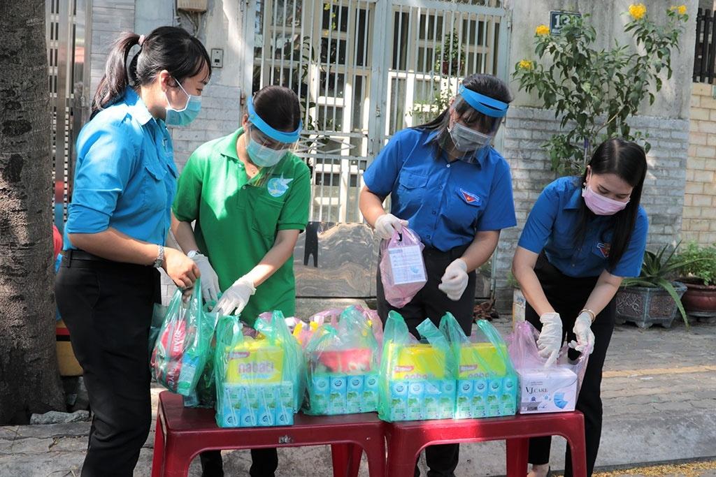 Thanh niên tình nguyện tham gia hỗ trợ người dân tại khu vực cách ly ở Q.6, TP.HCM để phòng dịch Covid-19