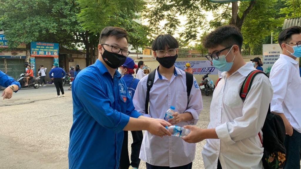 Thanh niên tình nguyện quận Hoàng Mai trao tặng nước uống tới thí sinh