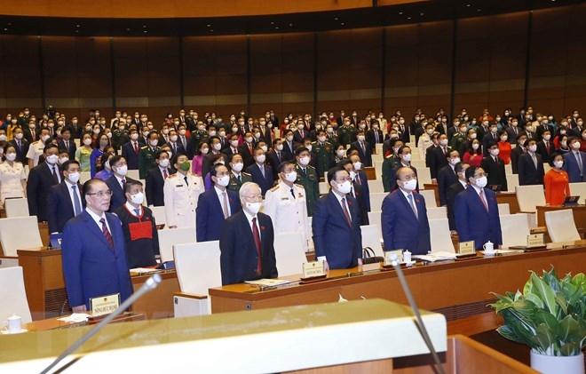 Lãnh đạo Đảng, Nhà nước và đại biểu Quốc hội thực hiện nghi lễ chào cờ. (Ảnh: Doãn Tấn/TTXVN)