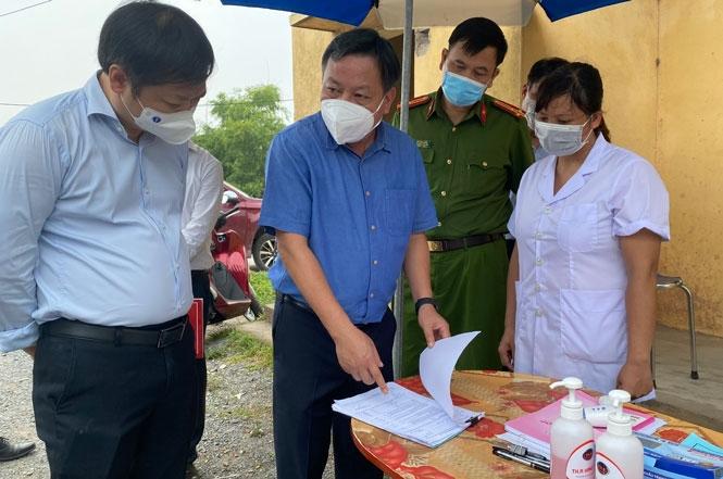 Phó Bí thư Thành ủy Nguyễn Văn Phong kiểm tra tại chốt kiểm dịch tại