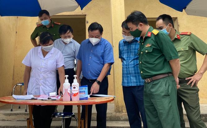 Phó Bí thư Thành ủy Nguyễn Văn Phong kiểm tra tại chốt kiểm dịch tại xã Quang Lãng, huyện Phú Xuyên.